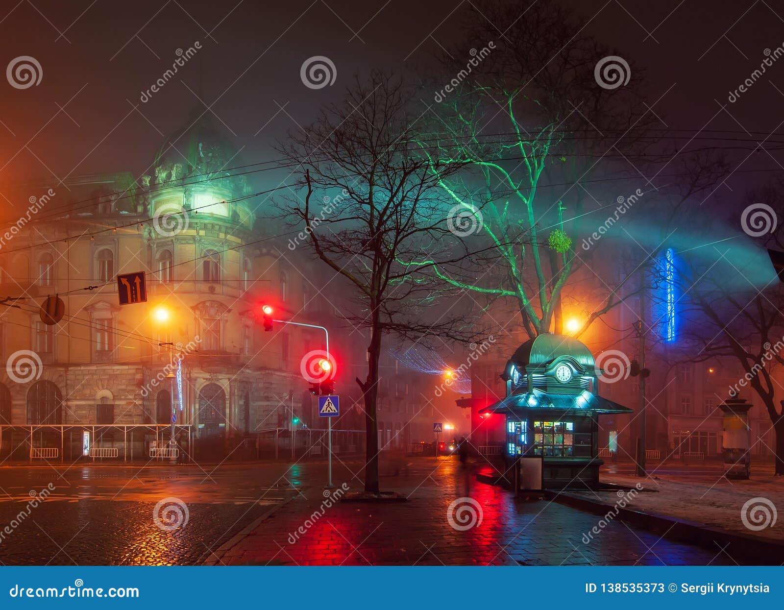 Όμορφο nightscape του κέντρου πόλεων Lviv, Ουκρανία στην ομιχλώδη νύχτα