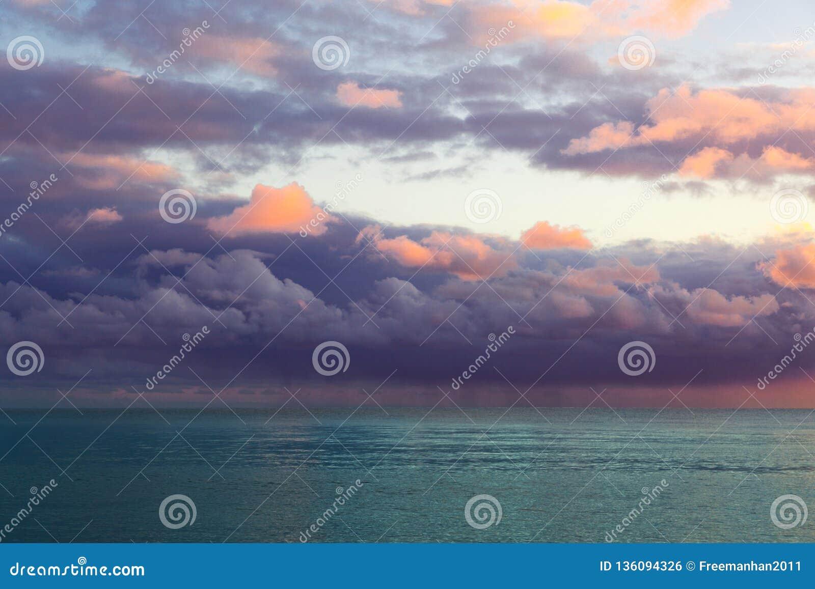 Όμορφο seascape με τα πορφυρά σύννεφα