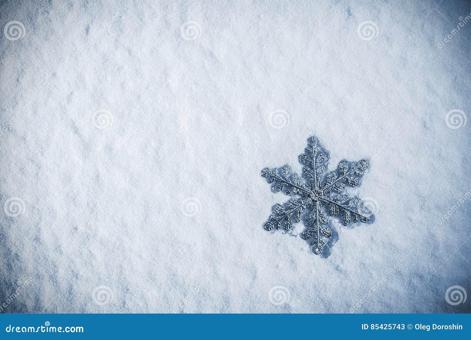Όμορφο snowflake στο χιόνι
