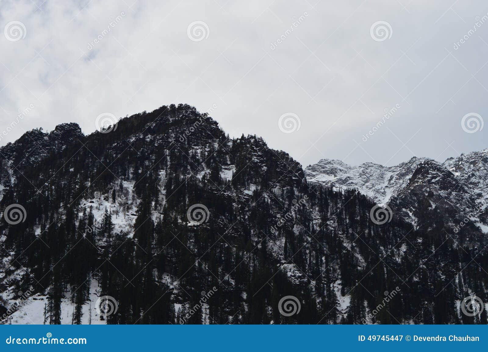 όντας ερχόμενο τοπίο βουνών βουνών κτηρίων