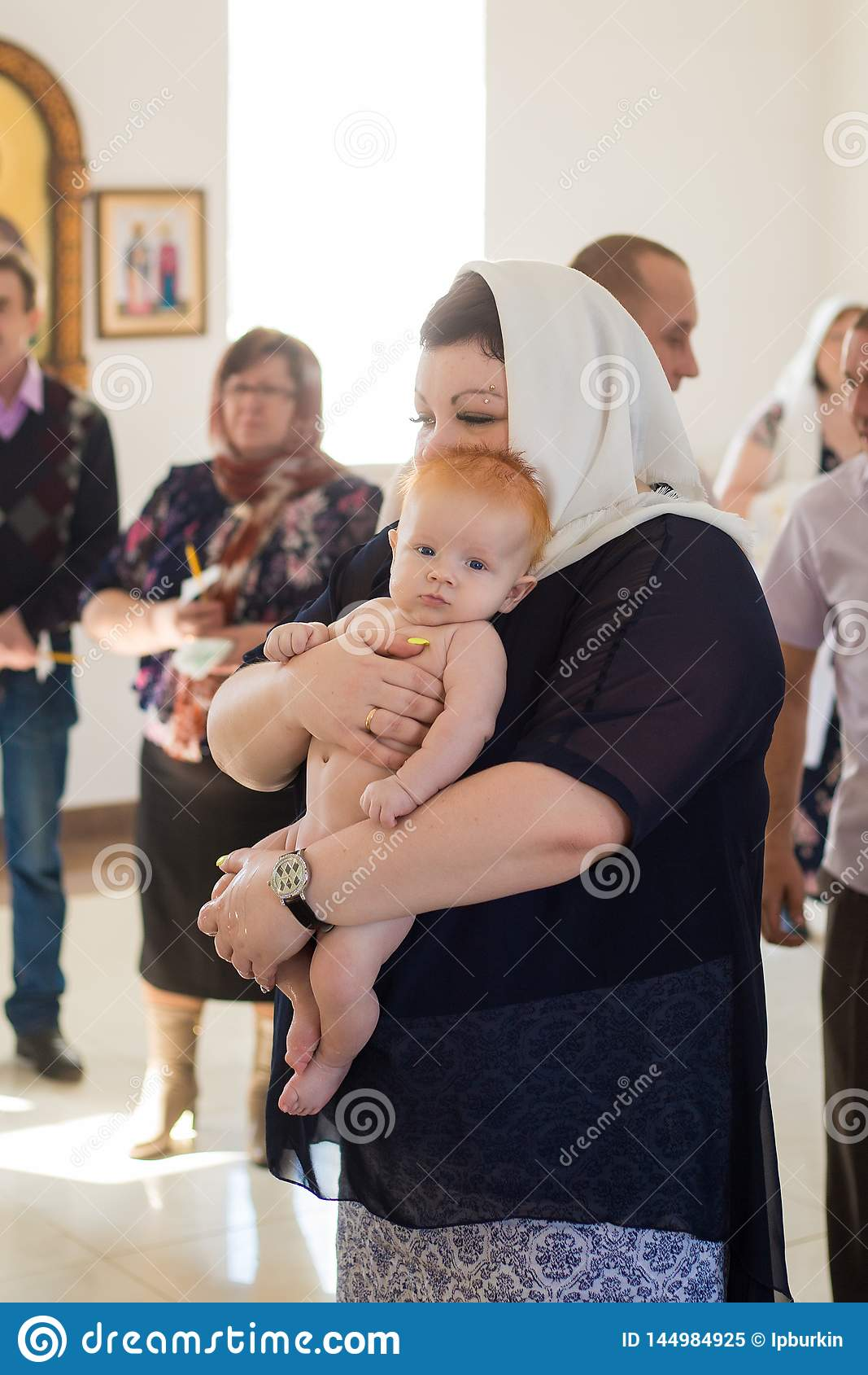 Όρενμπουργκ, ρωσικά ομοσπονδία-2 Aprel 2019 Γυναίκα που κρατά ένα μωρό κατά
