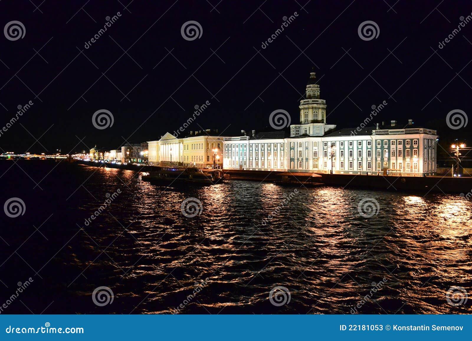Όψη νύχτας του ποταμού Neva και Kunstkamera