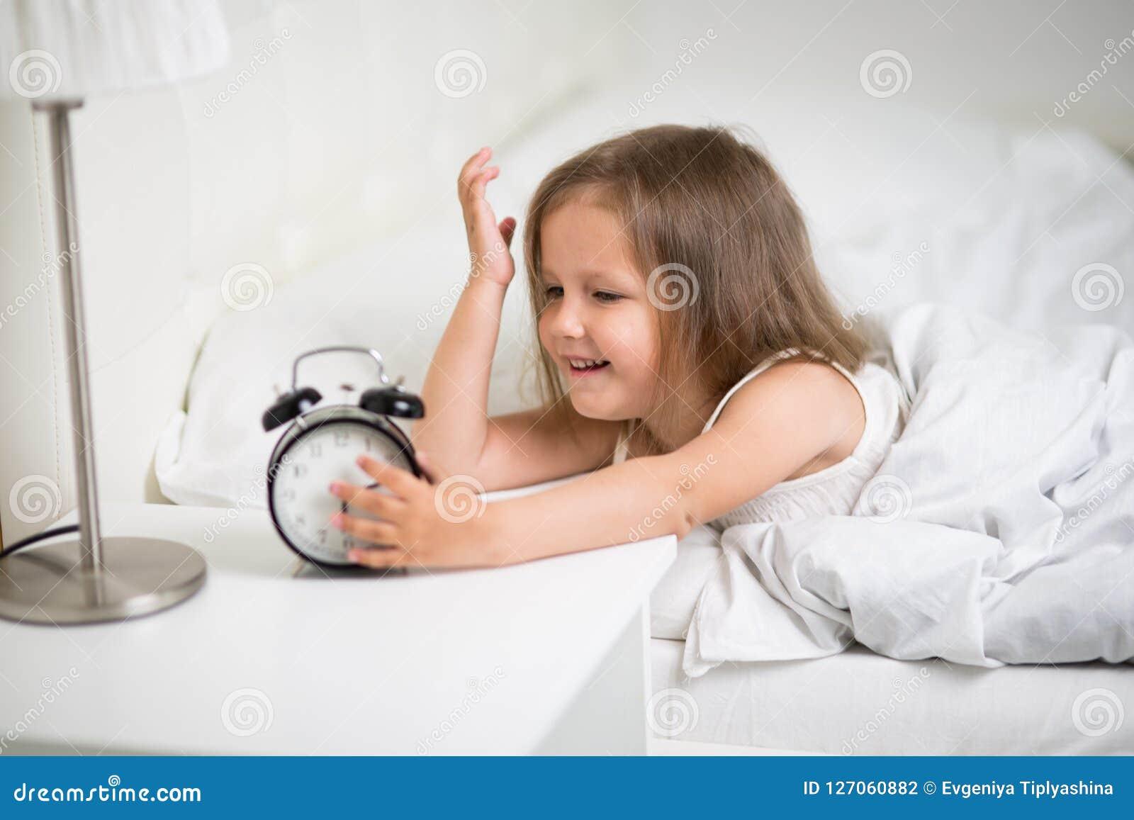 Ύπνοι κοριτσιών στο κρεβάτι