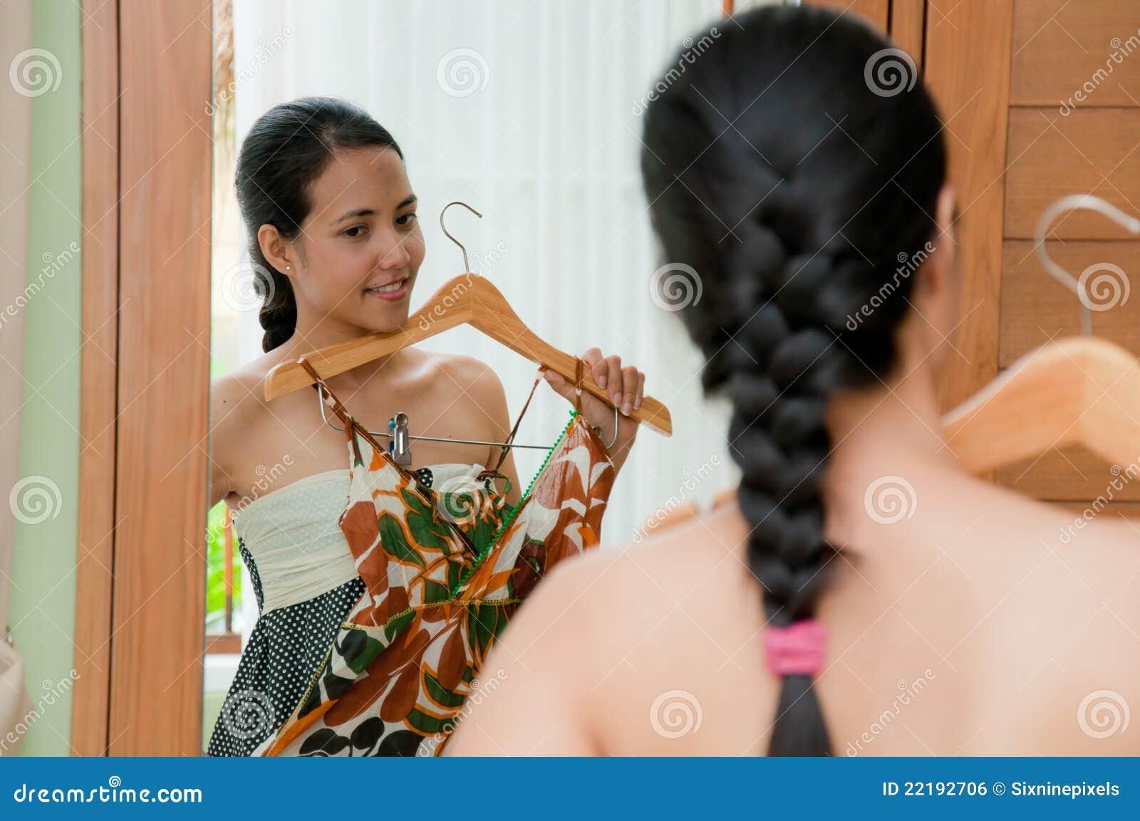ύφασμα που δοκιμάζει τη γυναίκα