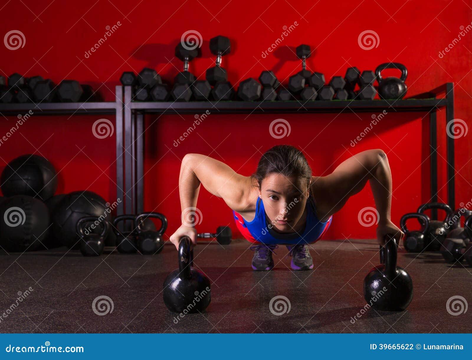 Ώθηση-επάνω γυμναστική δύναμης γυναικών Kettlebells workout