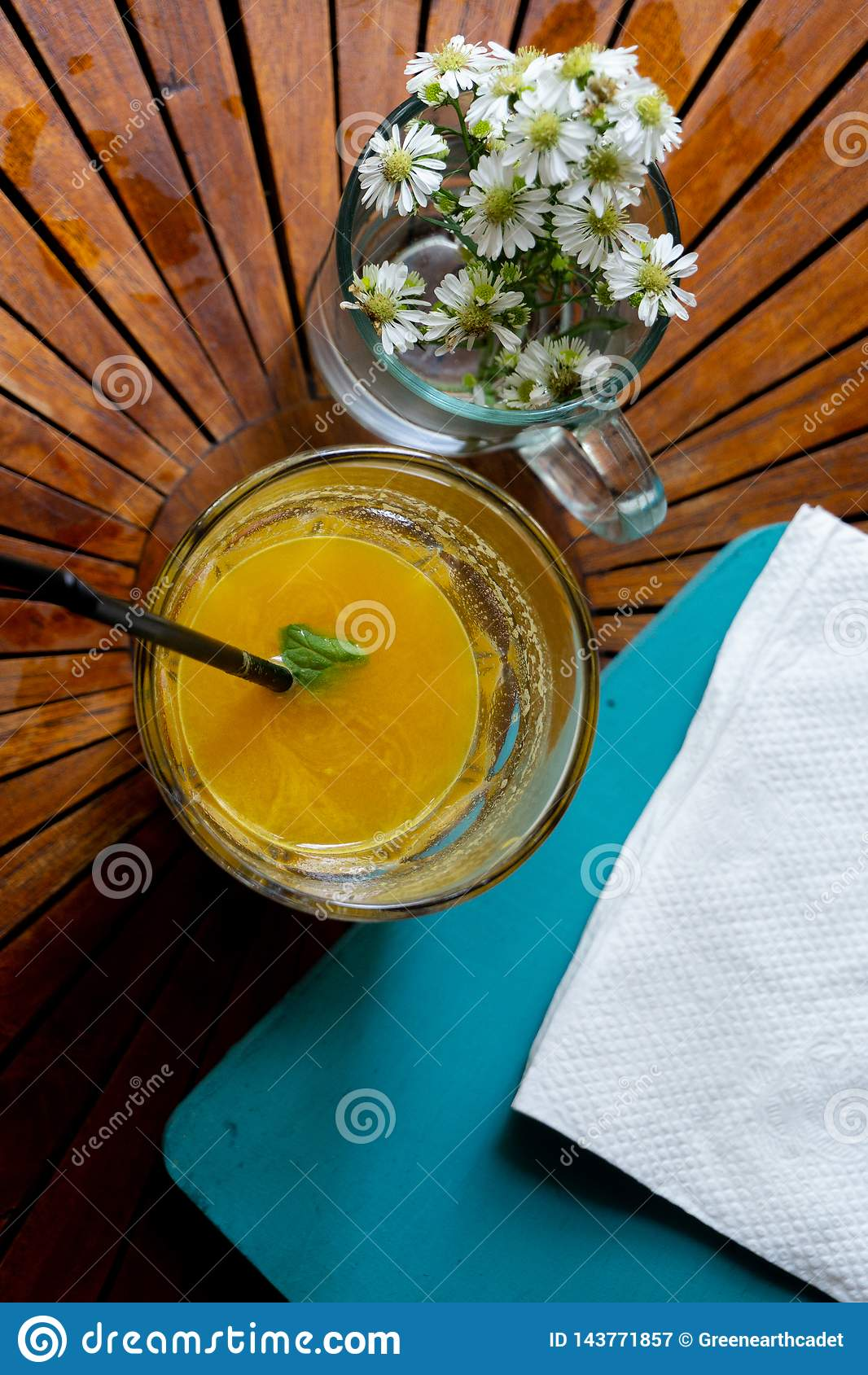 Ώθηση της ημέρας σας με το φρέσκο οργανικό χυμό μάγκο