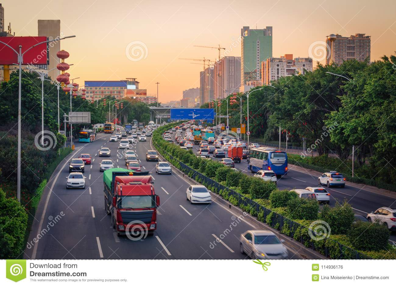 Ώρα κυκλοφοριακής αιχμής βραδιού στη μεγάλη πόλη, κυκλοφοριακή συμφόρηση από πολλά αυτοκίνητα στο διαιρεμένο δρόμο εθνικών οδών,