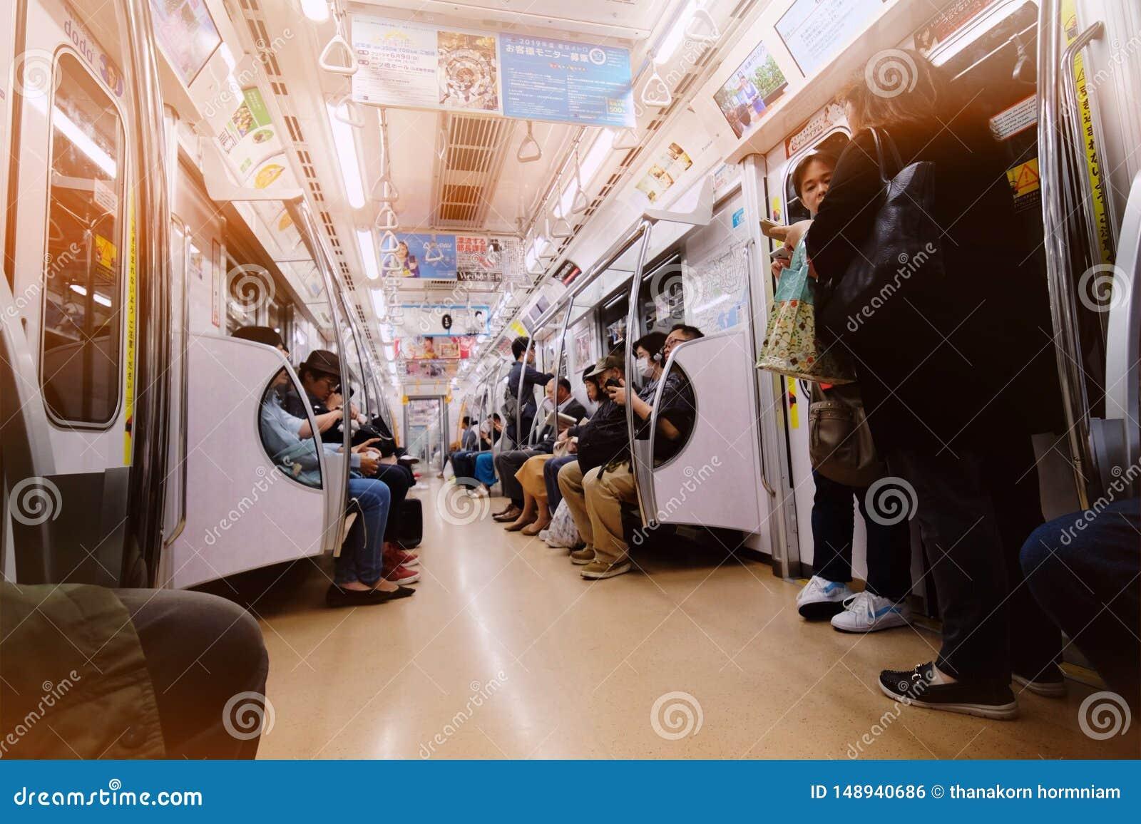 Ώρες κυκλοφοριακής αιχμής στο υπόγειο τρένο μετρό του Τόκιο