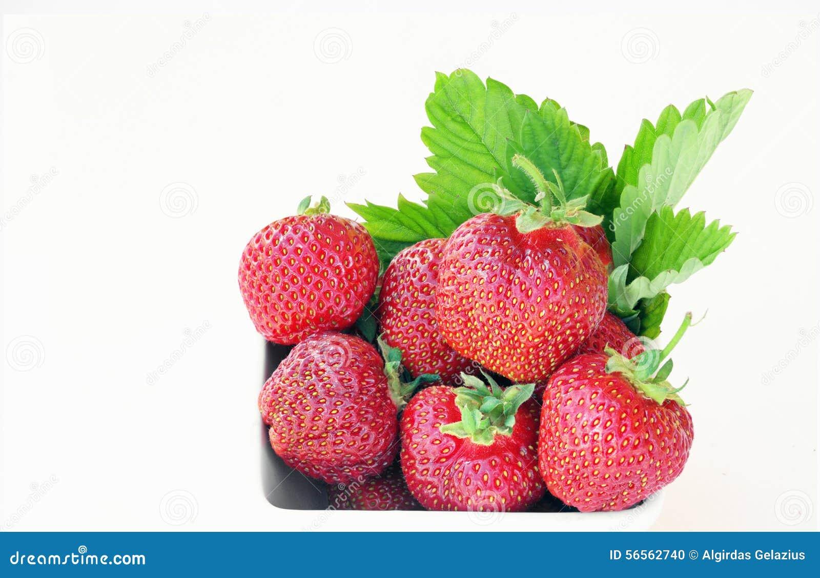 Download Ώριμες φράουλες σε ένα άσπρο κύπελλο Στοκ Εικόνες - εικόνα από φρέσκος, καρπός: 56562740