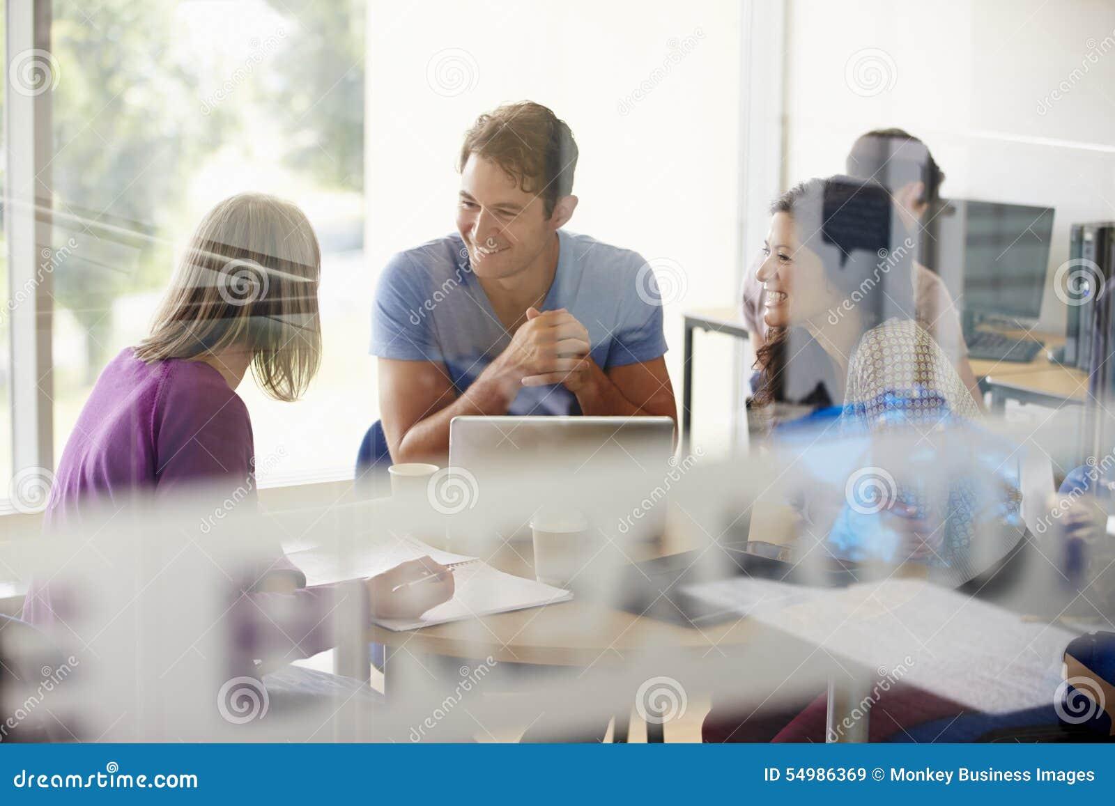Ώριμοι σπουδαστές που εργάζονται στην περιοχή ξεμπλοκαρίσματος κολλεγίου