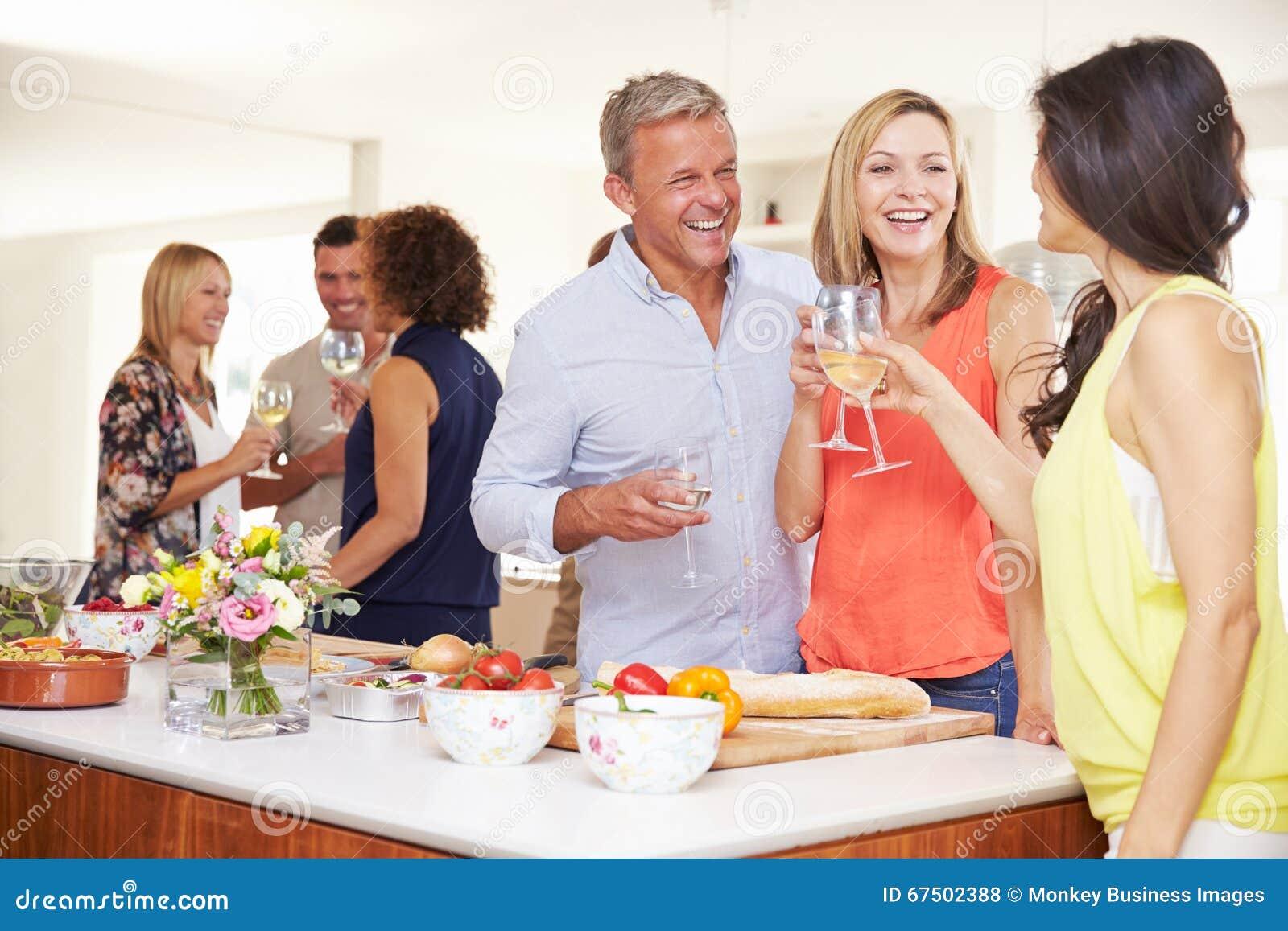Ώριμοι φιλοξενούμενοι που καλωσορίζονται στο κόμμα γευμάτων από τους φίλους
