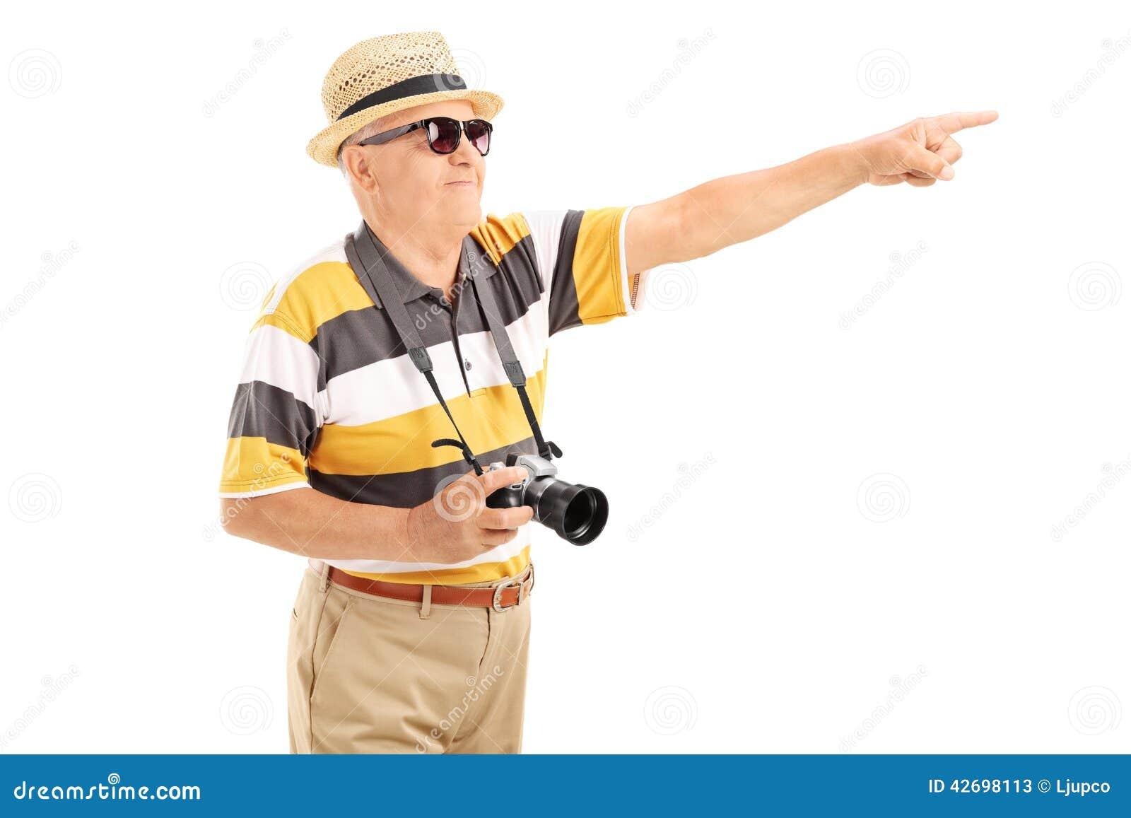 Ώριμος τουρίστας που δείχνει σε κάτι με το χέρι