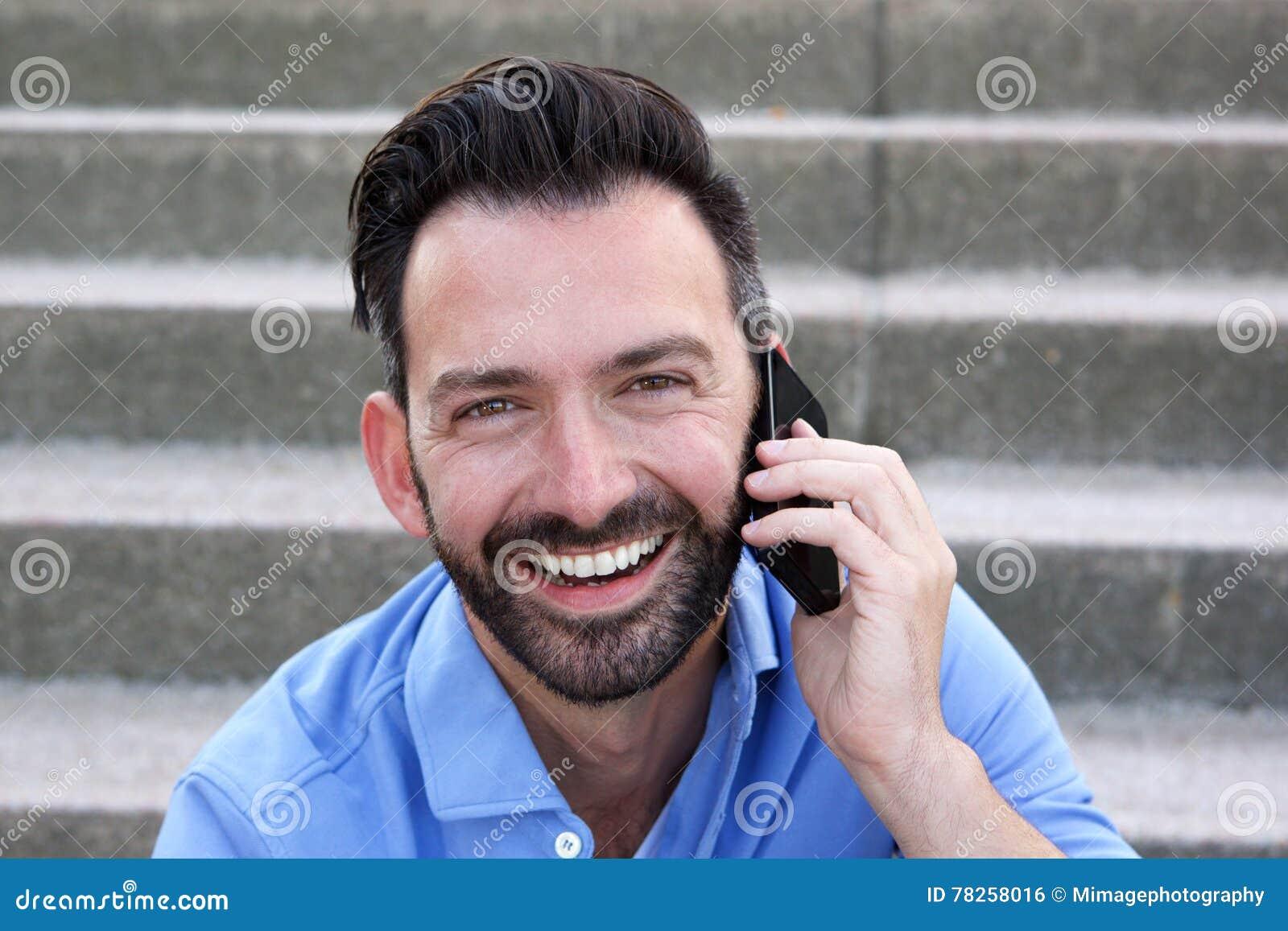 Ώριμος τύπος που μιλά στο κινητό τηλέφωνο και το χαμόγελο