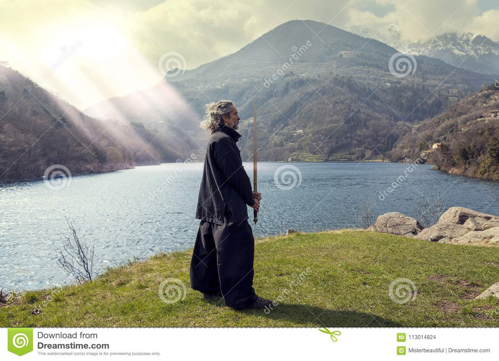 Ώριμο άτομο που ασκεί Tai Chi την πειθαρχία υπαίθρια