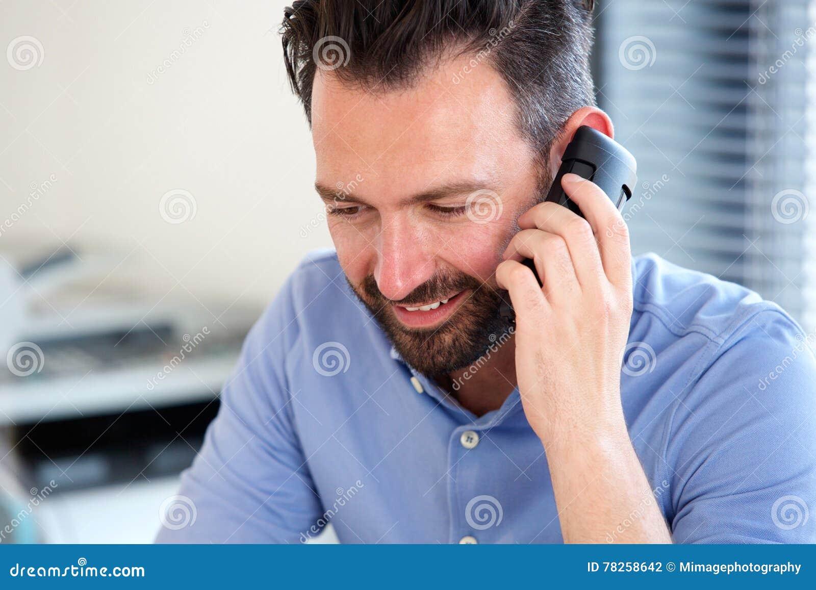 Ώριμο άτομο που μιλά στο κινητό τηλέφωνο