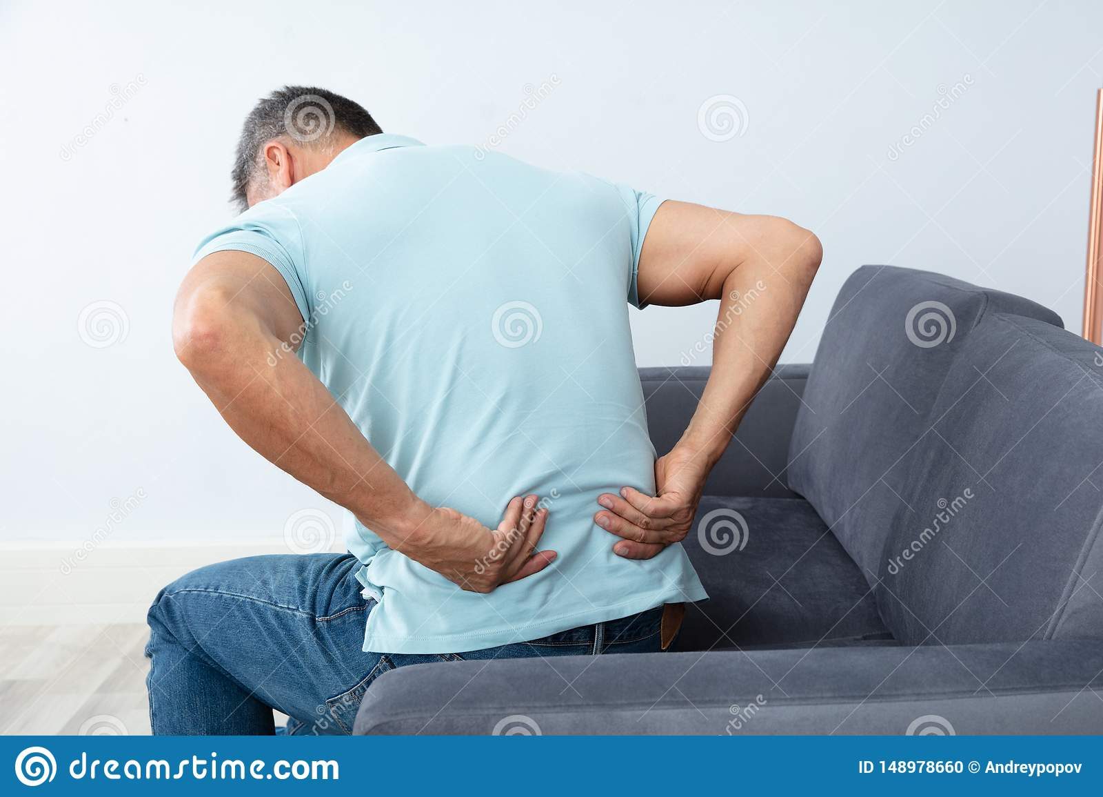 Ώριμο άτομο που πάσχει από τον πόνο στην πλάτη
