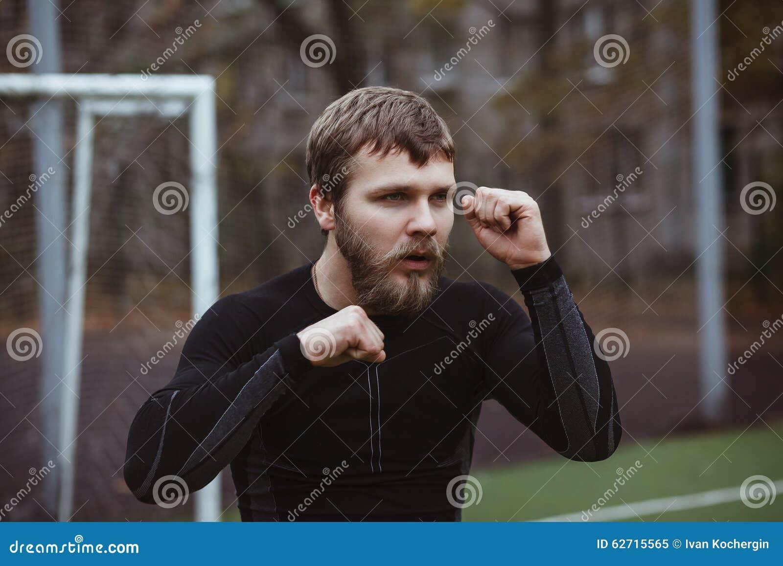 Ώριμο αρσενικό τέντωμα αθλητών υπαίθριο