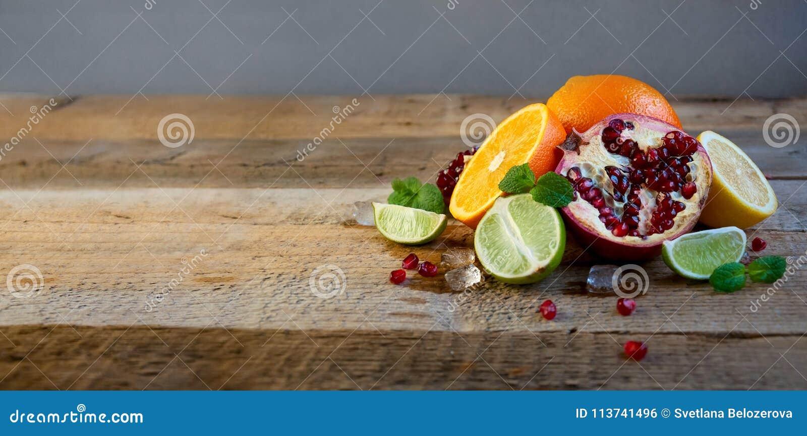 Ώριμο εσπεριδοειδές στον παλαιό ξύλινο πίνακα Πορτοκάλι, ασβέστης, μέντα λεμονιών τρόφιμα υγιή Θερινή ανασκόπηση