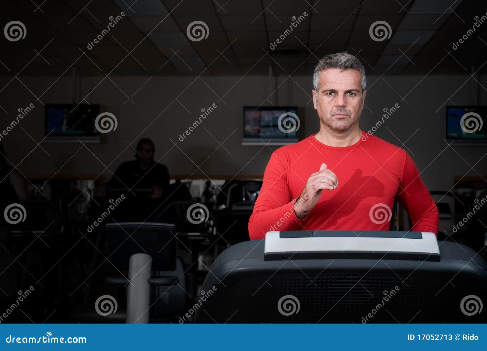 ώριμο τρέξιμο ατόμων γυμνασ&t