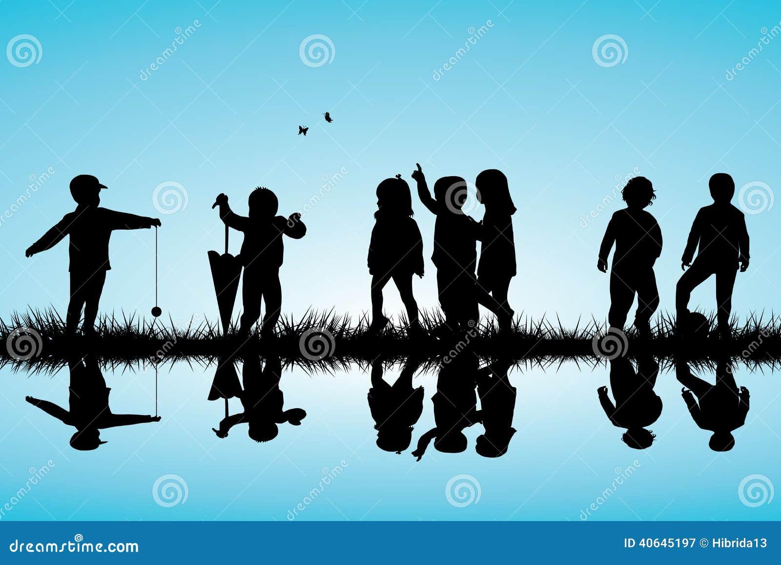 小组演奏室外近的儿童剪影
