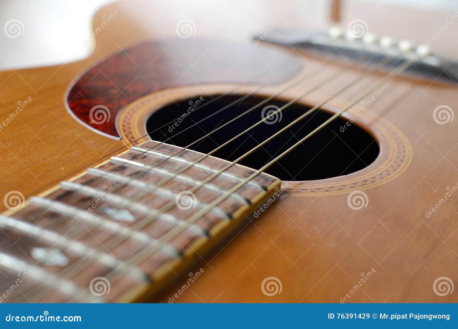 Абстрактная акустическая гитара