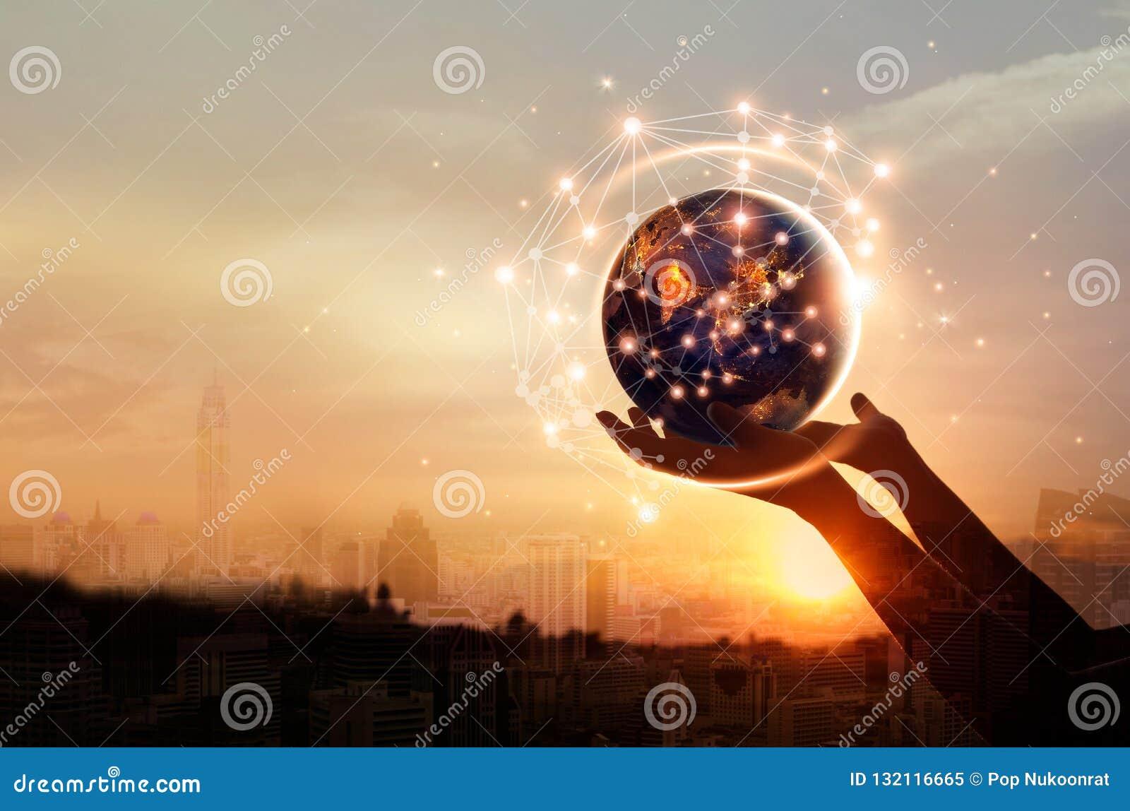 Абстрактная наука, руки касаясь земле и глобальной вычислительной сети круга