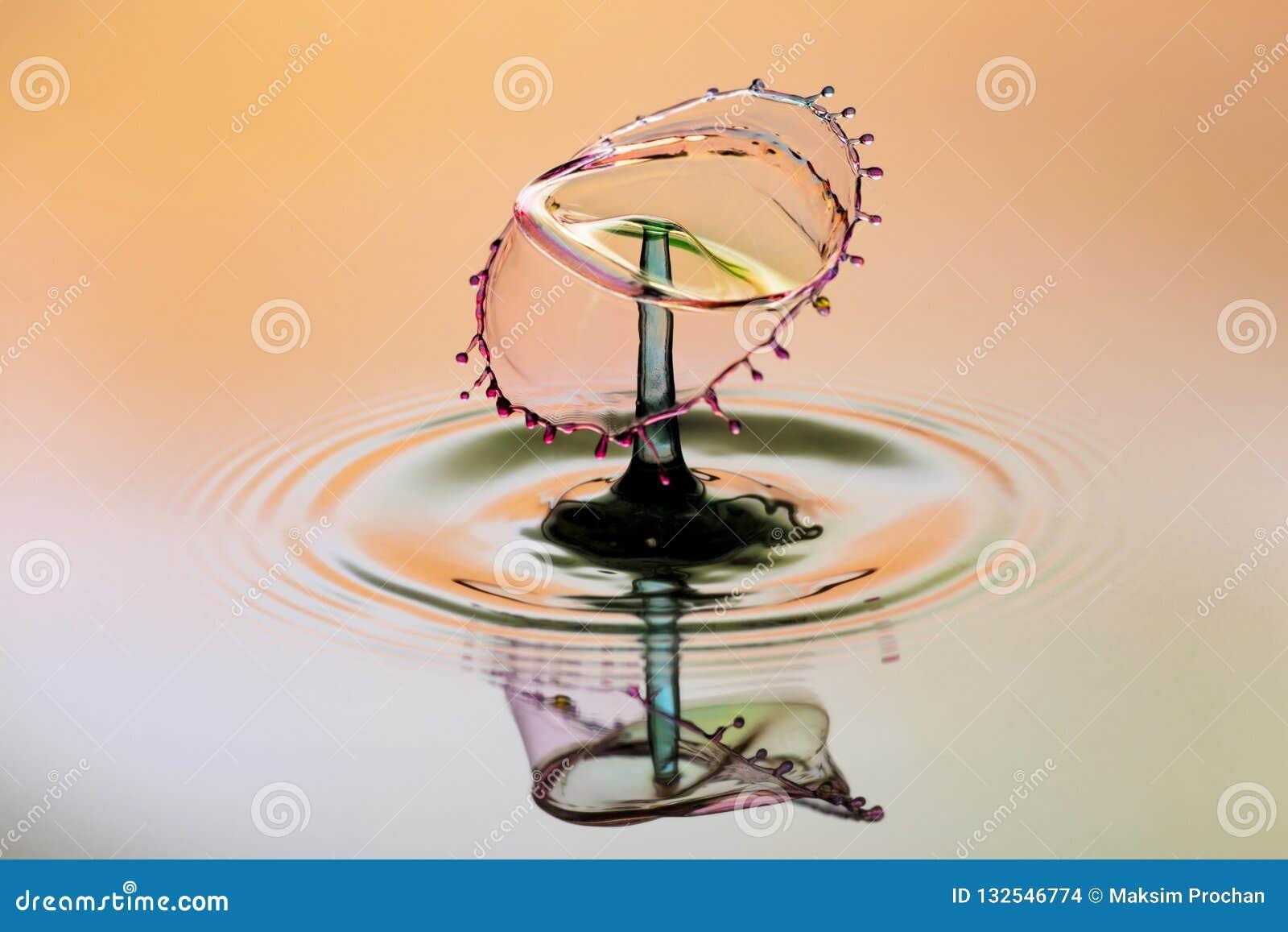 Абстрактная предпосылка выплеска воды цвета, столкновение покрашенных падений