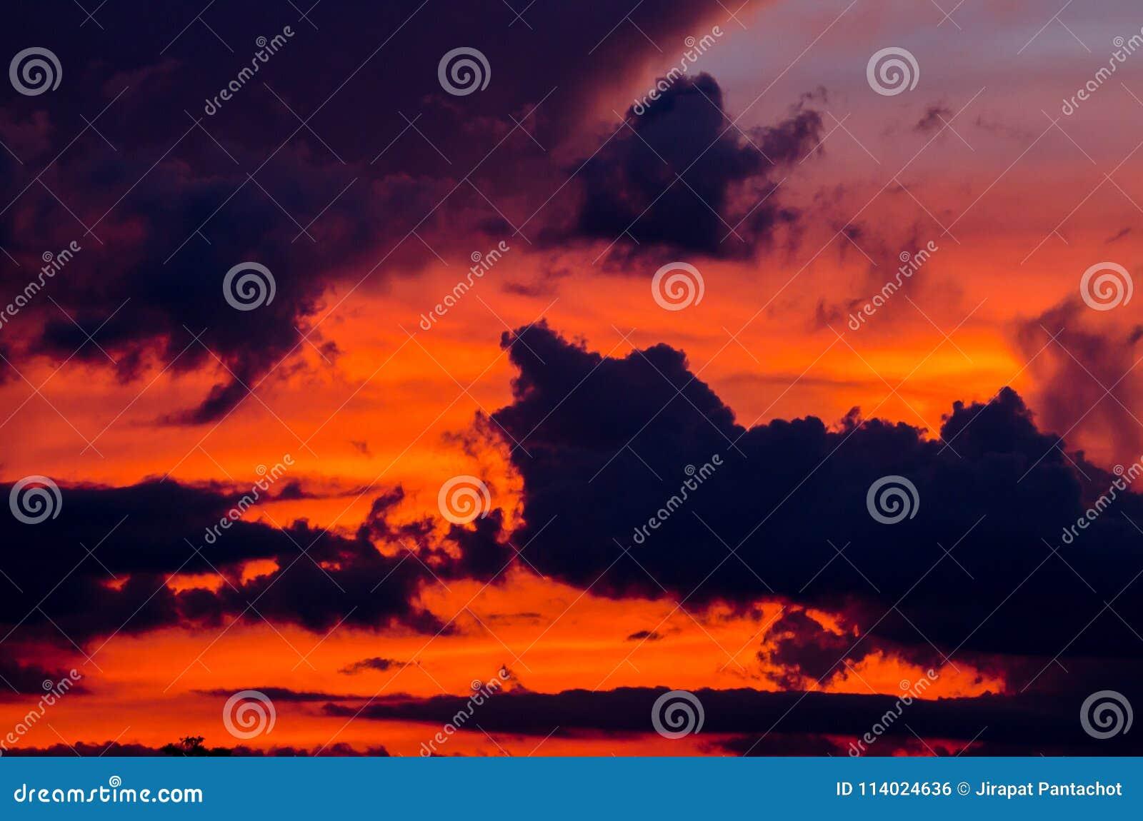 абстрактная природа предпосылки Драматическое небо с облаками и заходом солнца