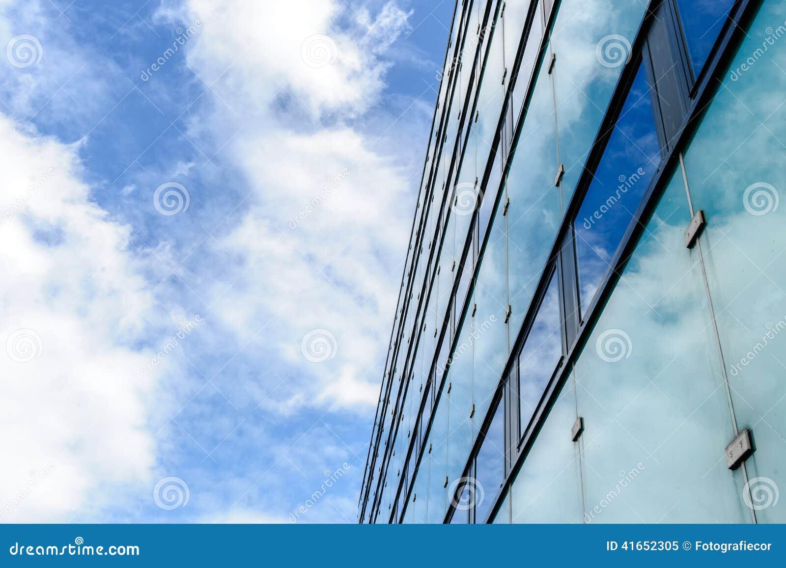 Абстрактная текстура предпосылки с яркими облаками отразила в ветре