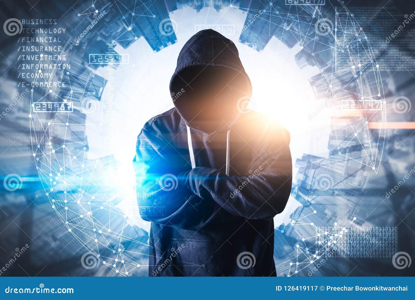 Абстрактное изображение верхнего слоя хакера стоящего с футуристическим hologram и будущим городским пейзажем фон