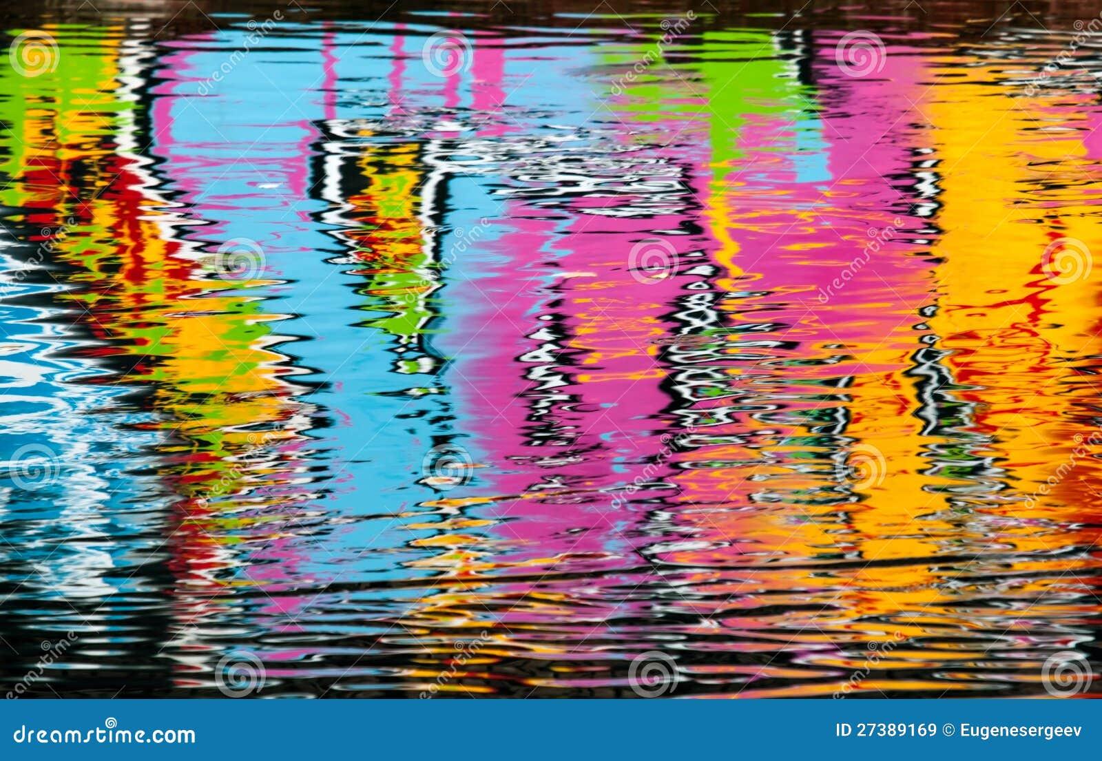 Абстрактное цветастое отражение надписи на стенах