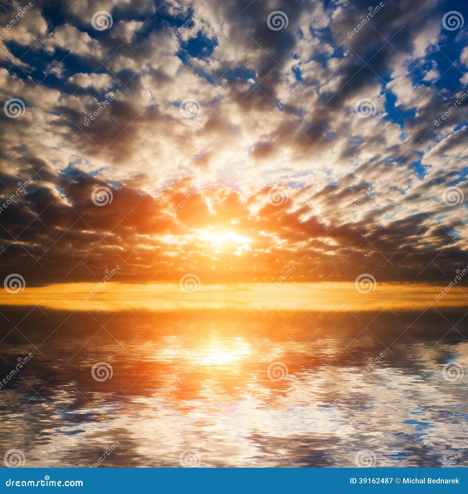 Абстрактный, драматический заход солнца на море, океане.