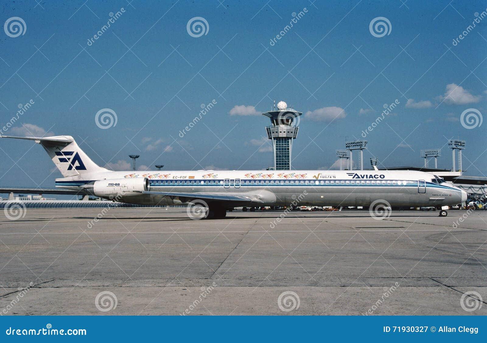 Авиакомпании McDonnell Douglas MD-88 Aviaco ездя на такси к стержню после полета от Лондона