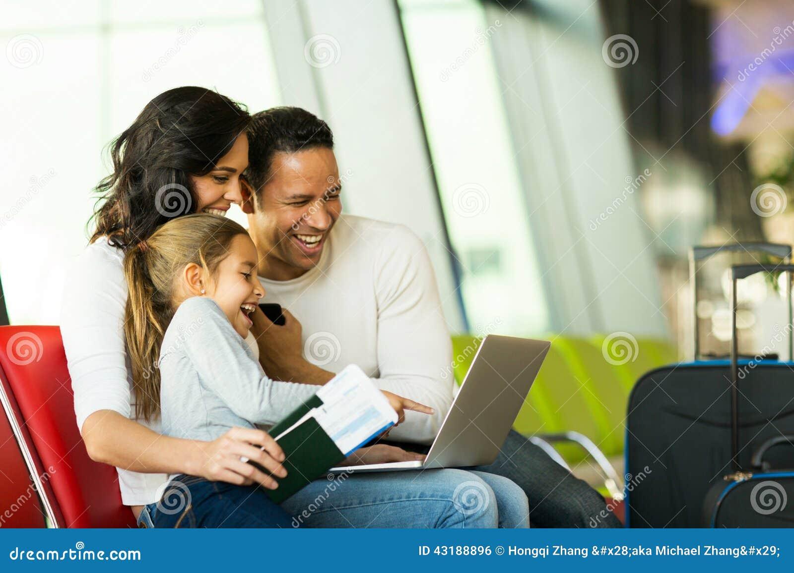 Авиапорт компьтер-книжки семьи