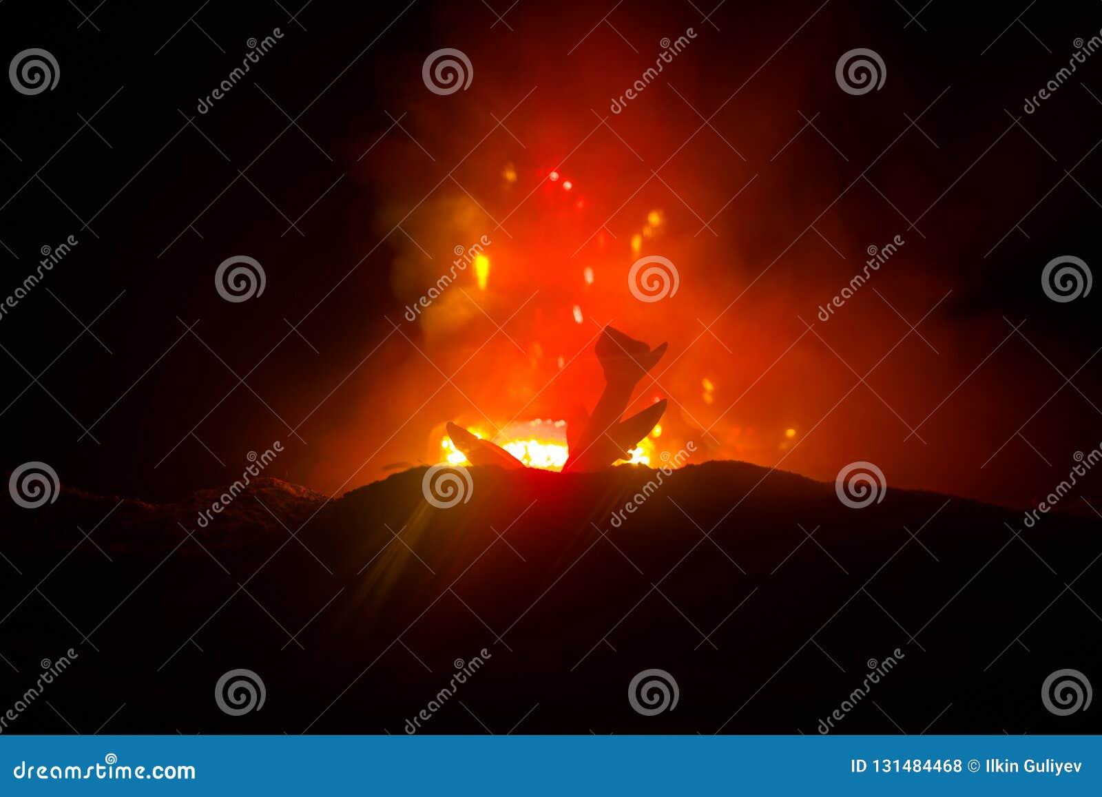 Авиационная катастрофа Горящий падая самолет Самолет разбитый к земле Украшенный с игрушкой на темной предпосылке огня Авария воз