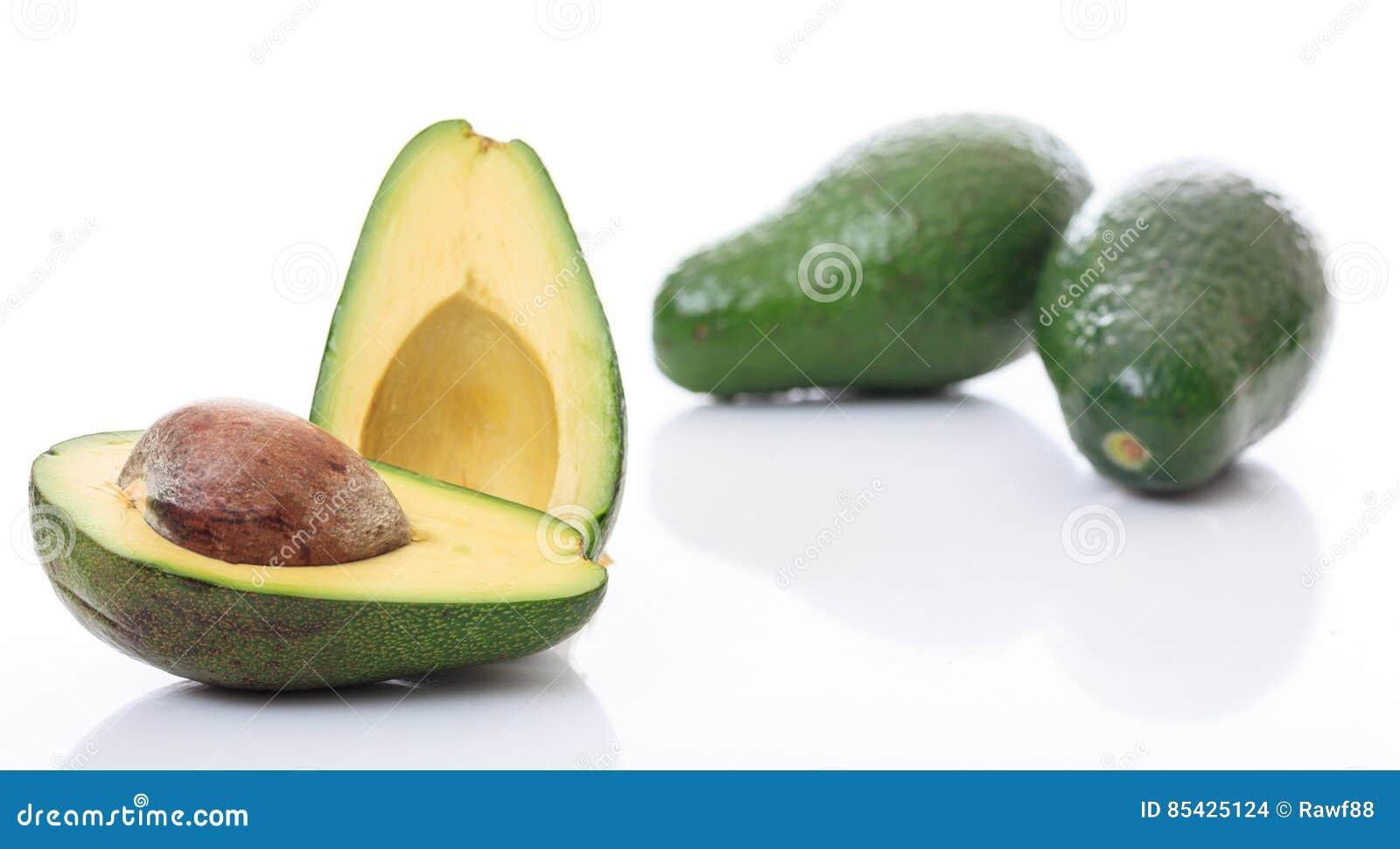 Авокадоы изолированные на белой предпосылке