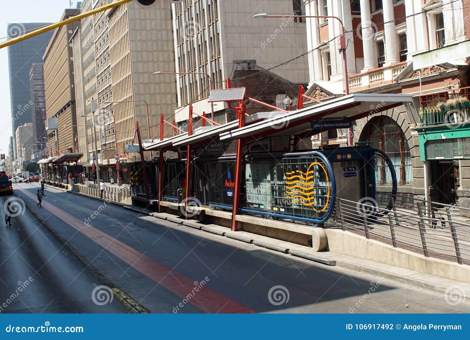 Автобусная остановка в центральном финансовом районе, Йоханнесбург, Южная Африка