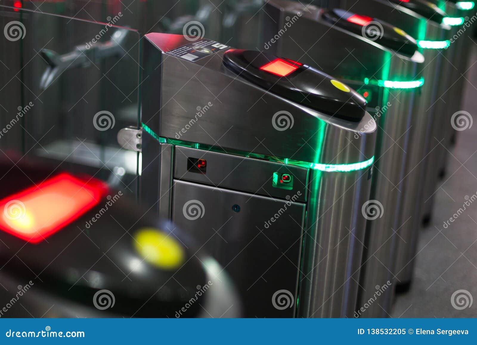 Автоматические барьеры для людей контроля вошли в железнодорожный вокзал