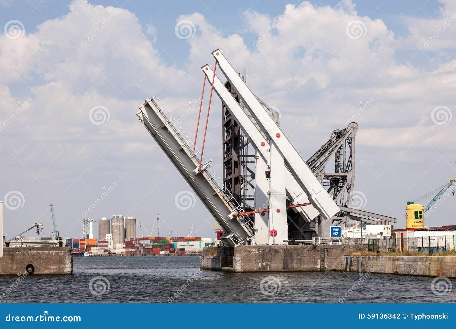 Автоматический подвижный мост на гавани Антверпена