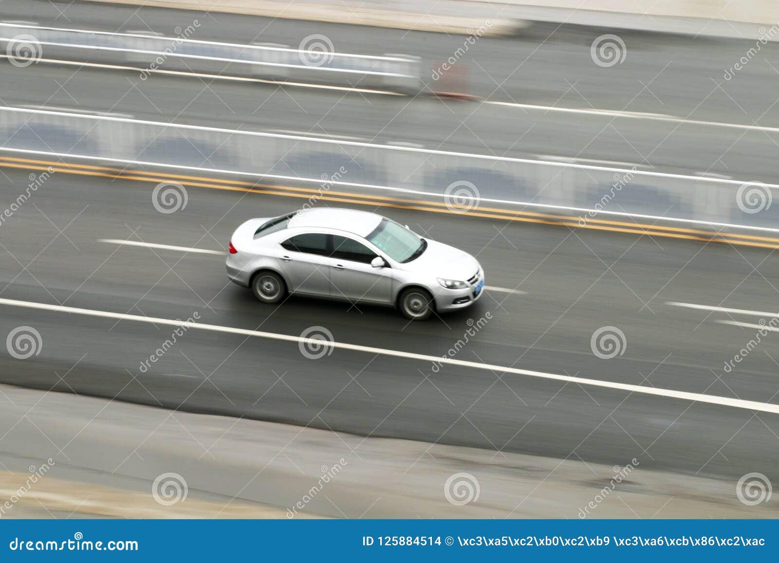 Автомобиль 2 бросать вниз с дороги