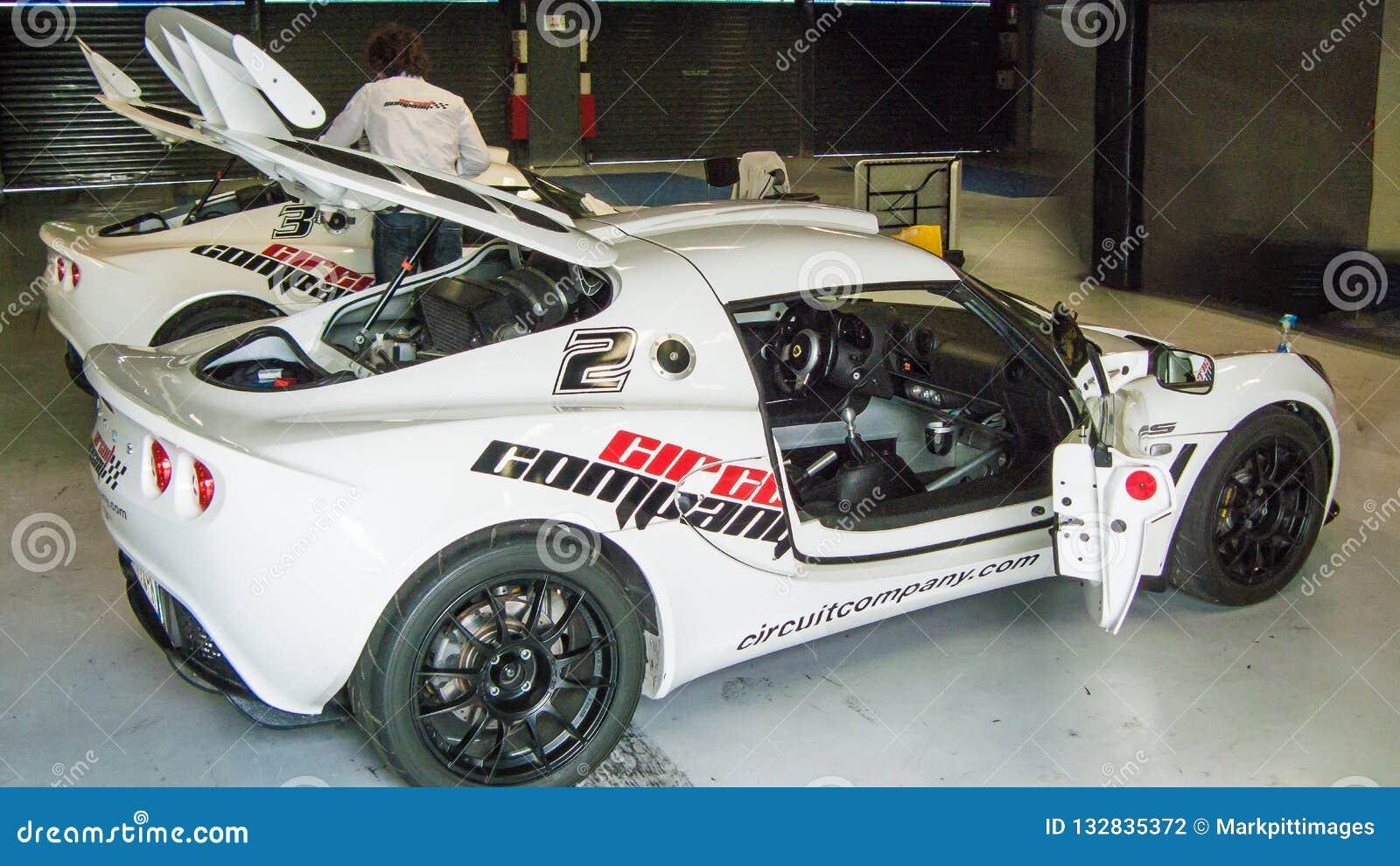 Автомобиль лотоса в гараже цепи Монцы