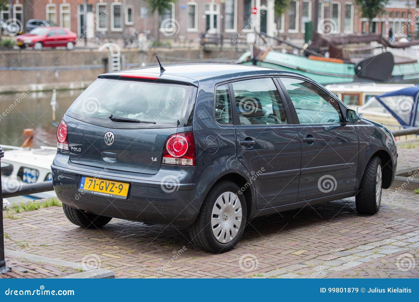 Автомобиль поло VW на улице