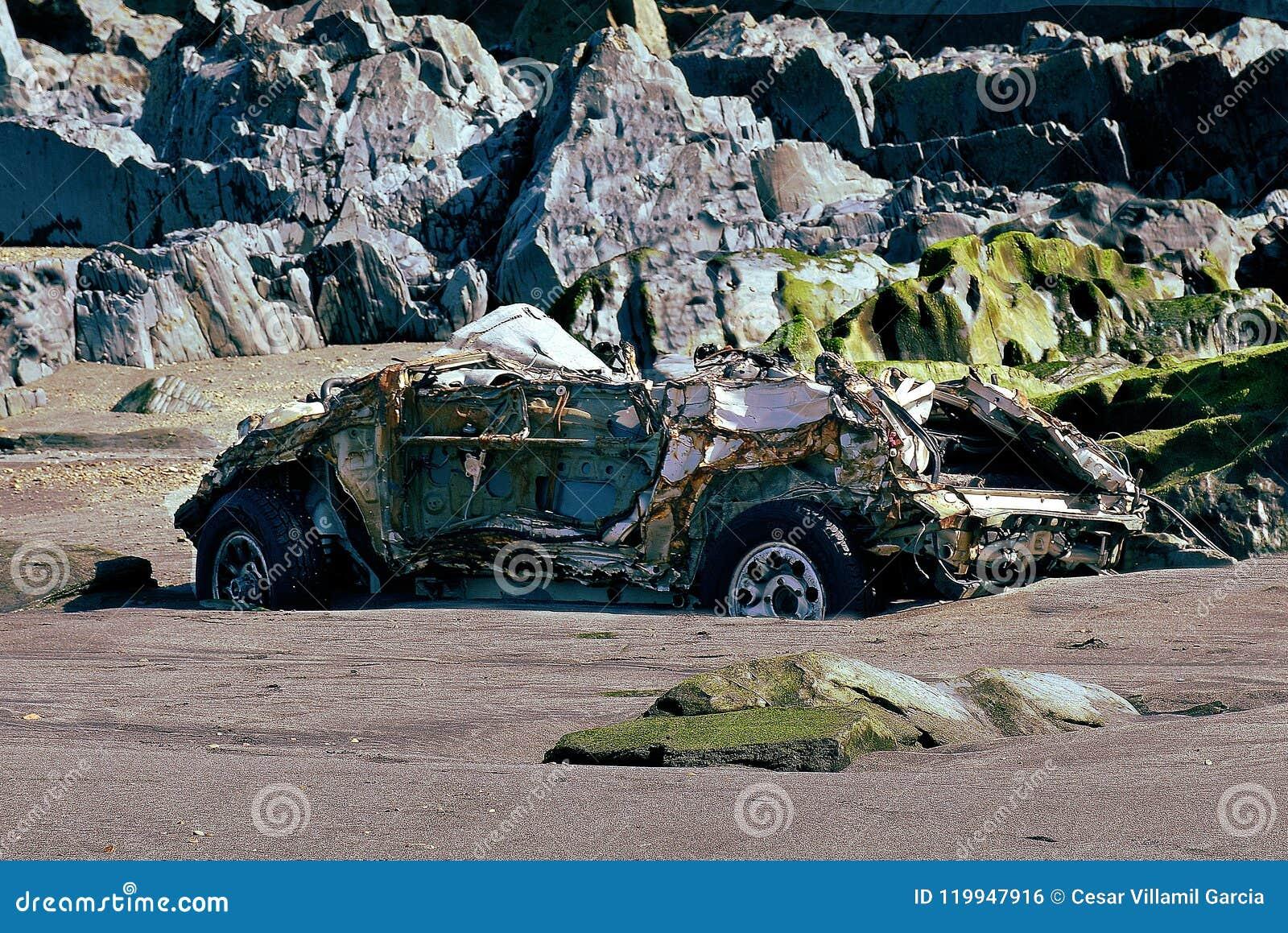 Автомобиль припаркованный на пляже