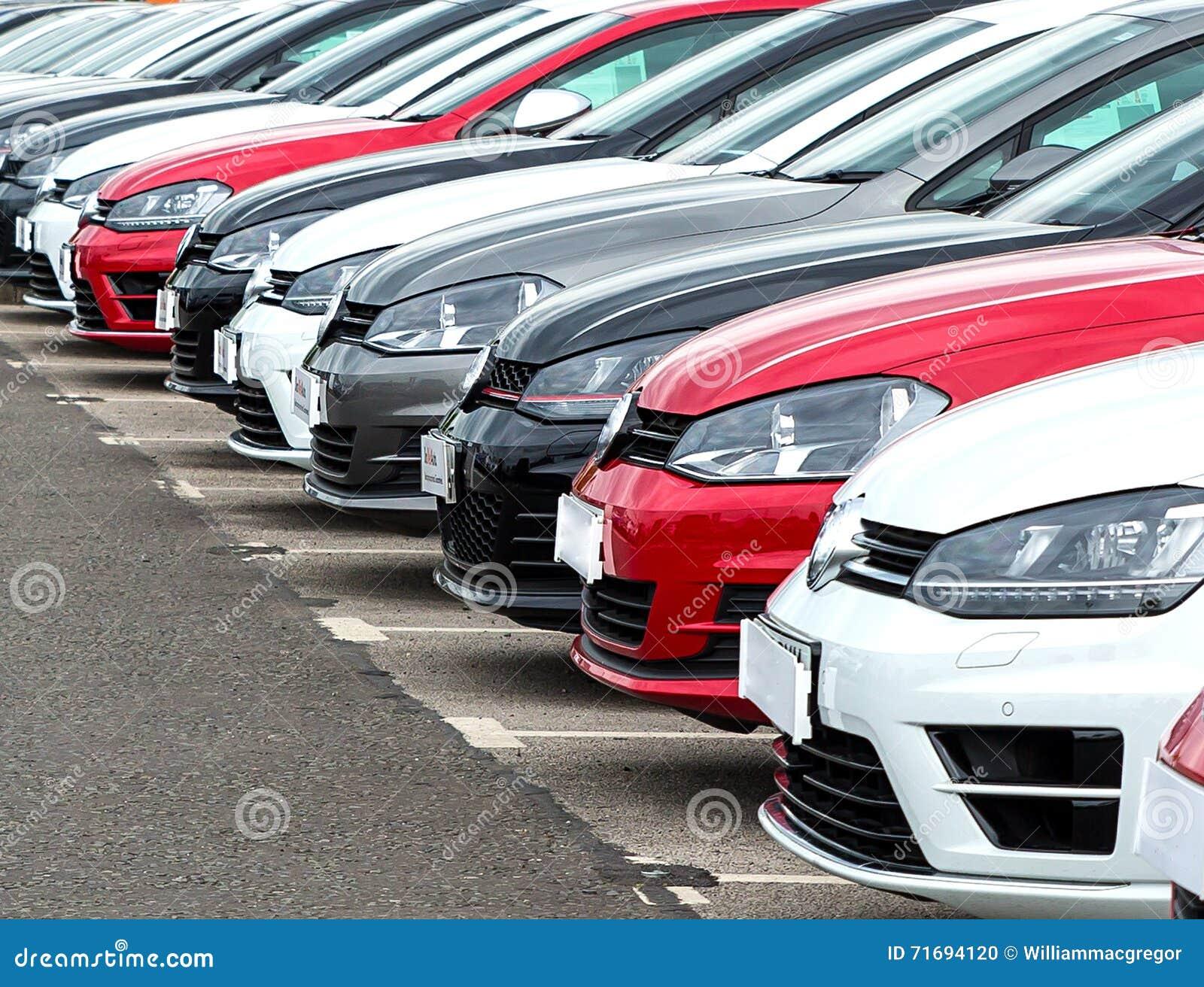 Автомобили на внешнем дворе гаража