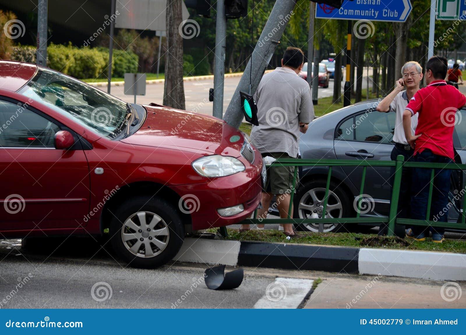 Автомобильная катастрофа моторного транспорта на мостоваой в Сингапуре