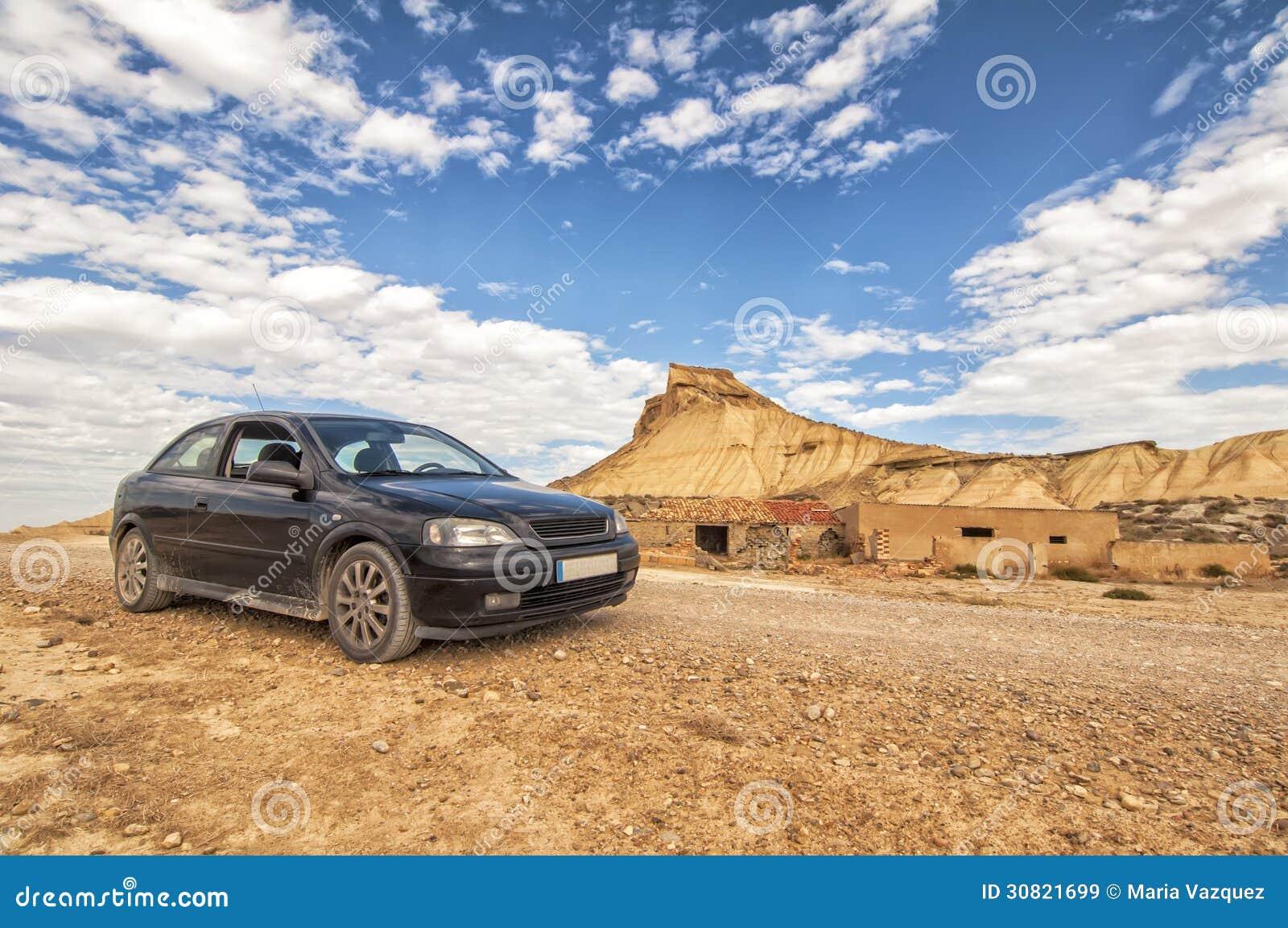 Автомобиль в пустыне Bardenas Reales в Наварре