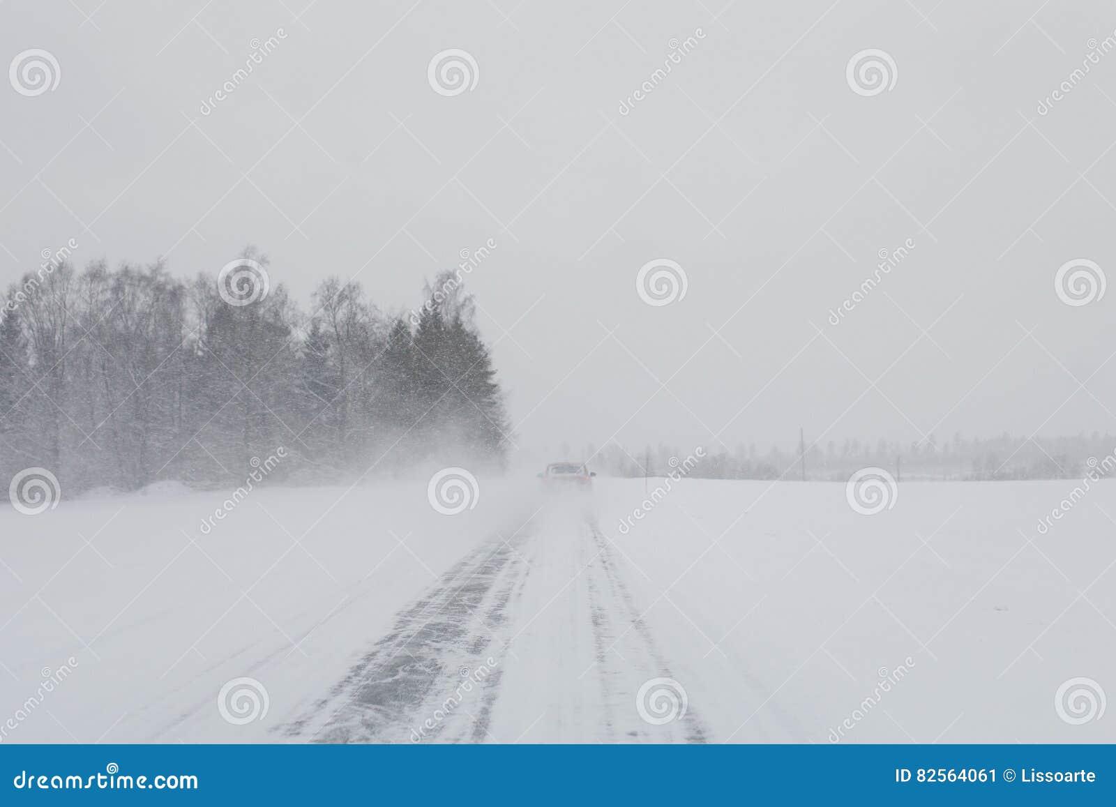 Автомобиль в шторме снега