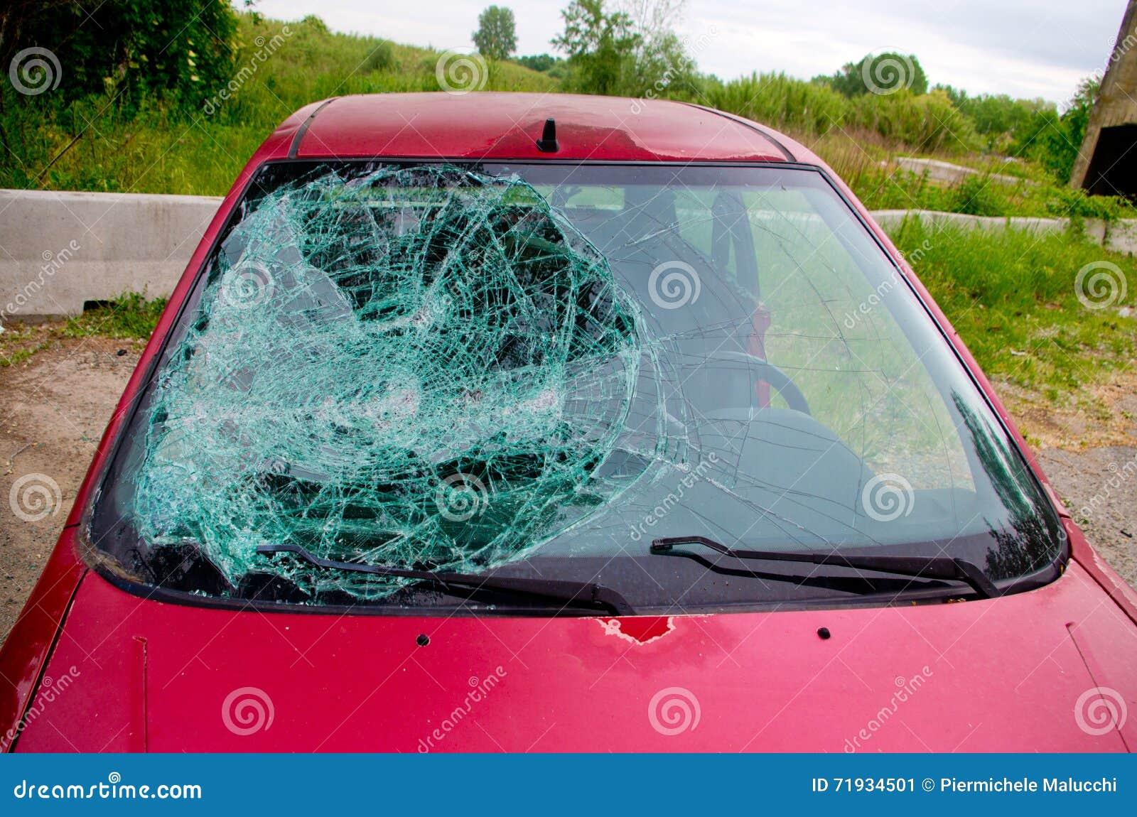 Автомобиль, который разбили с сломленным стеклом