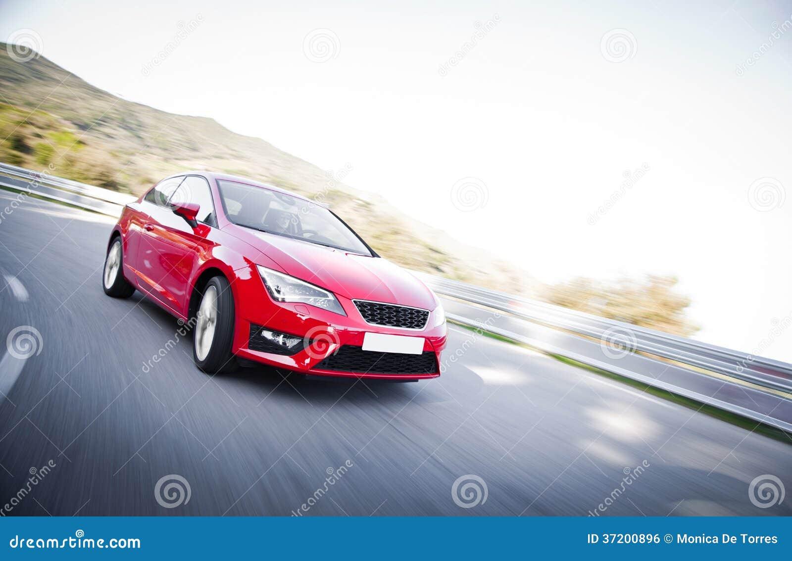 Автомобиль на дороге вполне опасных загибов