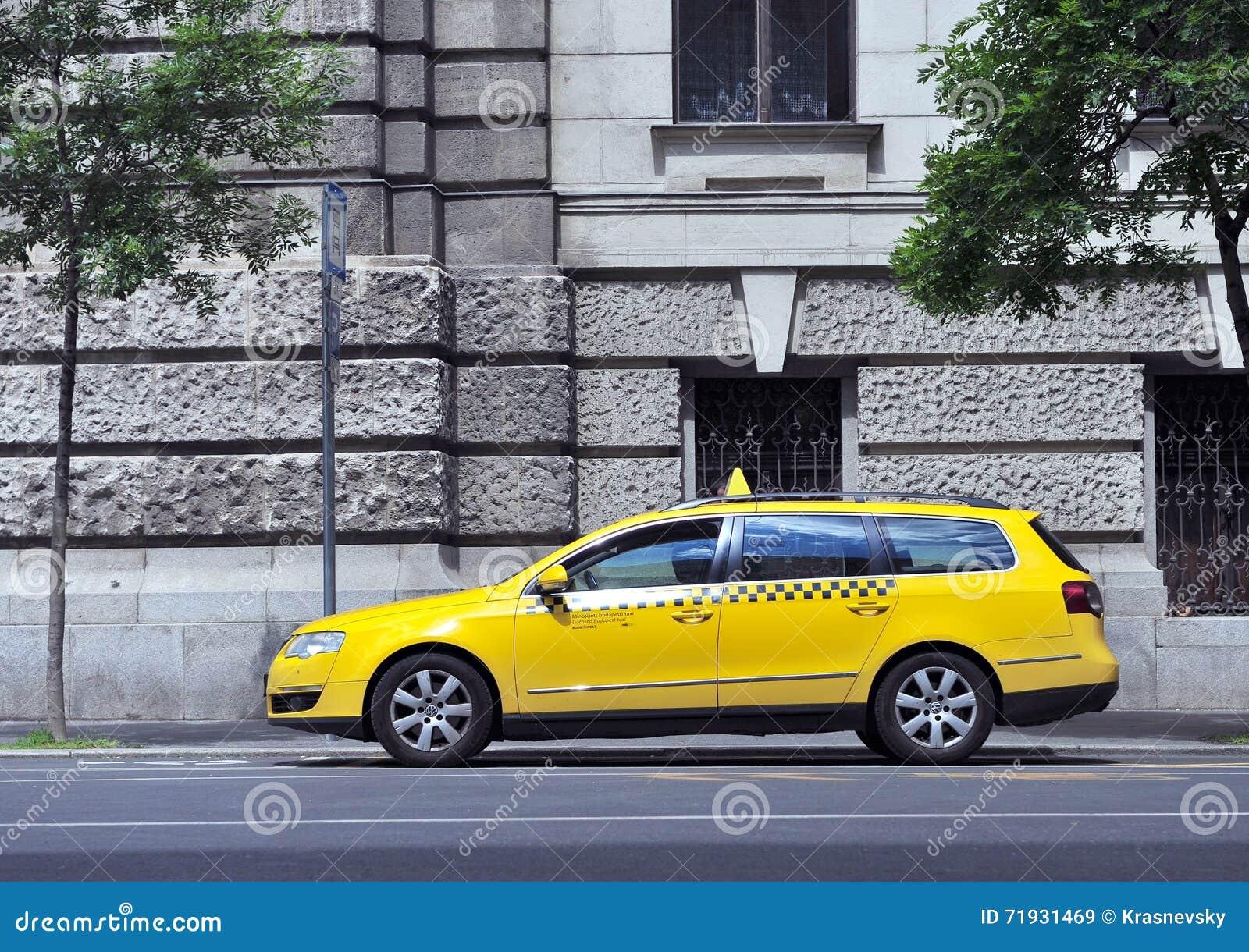Автомобиль такси в улице